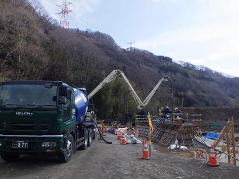 綾戸バイパス取付道 重力式擁壁コンクリート打設